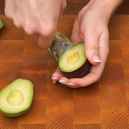 Ложкой отделяем мякоть авокадо от кожуры.
