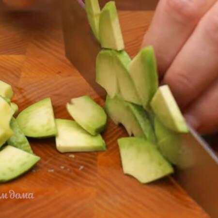 Каждую половинку авокадо разрезаем вдоль пополам и нарезаем кусочками.