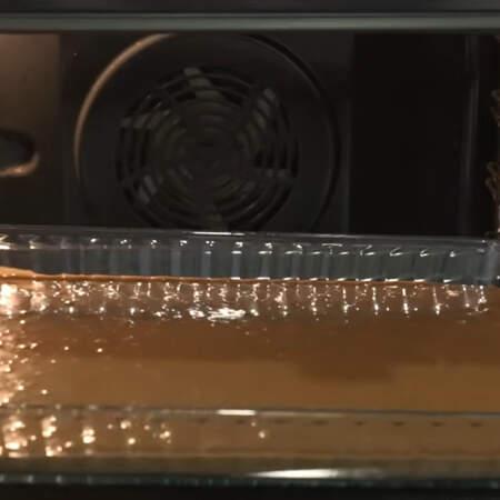Все ставим в духовку разогретую до 180 градусов. Выпекаем в режиме верх+низ примерно 35 минут.