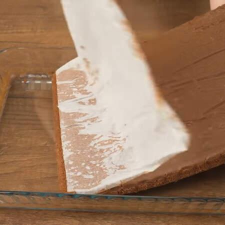 Бисквит уже остыл, вынимаем его из формы и снимаем пергаментную бумагу.