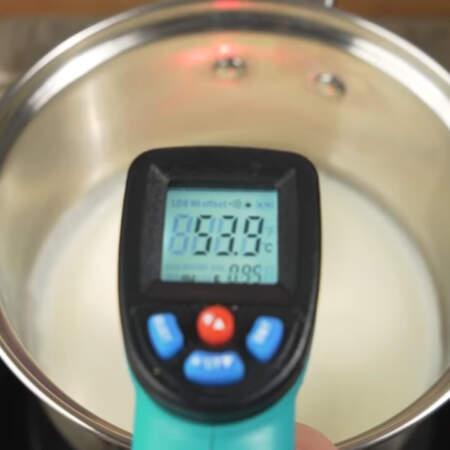 В сотейник наливаем 200 мл сливок жирностью 33 %. Ставим их на плиту. Сливки доводим примерно до 50-60 градусов и снимаем с огня. Сливки не должны закипеть.