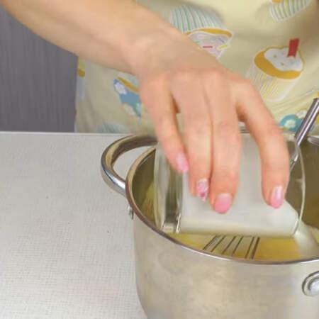 К яичной массе наливаем 400 мл сливок жирностью 10 или 20%.