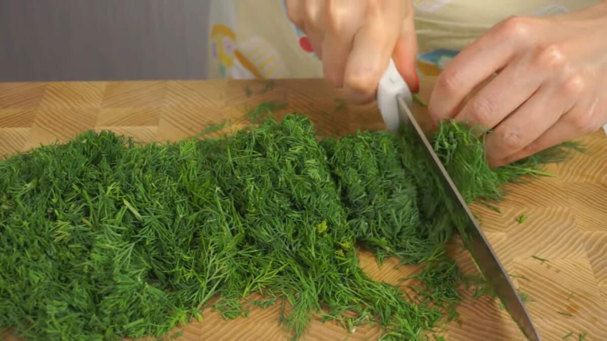 И третий способ заготовки укропа на зиму - замораживание.  Этот способ мне нравится больше всего. Укроп остается ароматным, зеленым и в нем максимально сохраняются все полезные вещества.   Как и при засолке, укроп освобождаем от толстых стеблей, оставляя только ароматные листочки. Укроп моем, просушиваем на полотенцах несколько часов.  Просушенный укроп мелко рубим ножом.