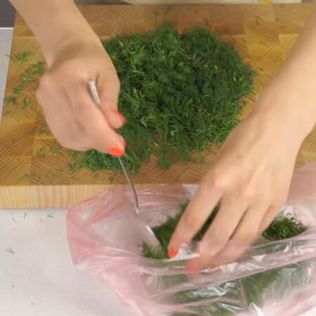 Замораживать укроп в пакетах очень удобно. В пакет не нужно класть много укропа, а формировать небольшие колбаски.