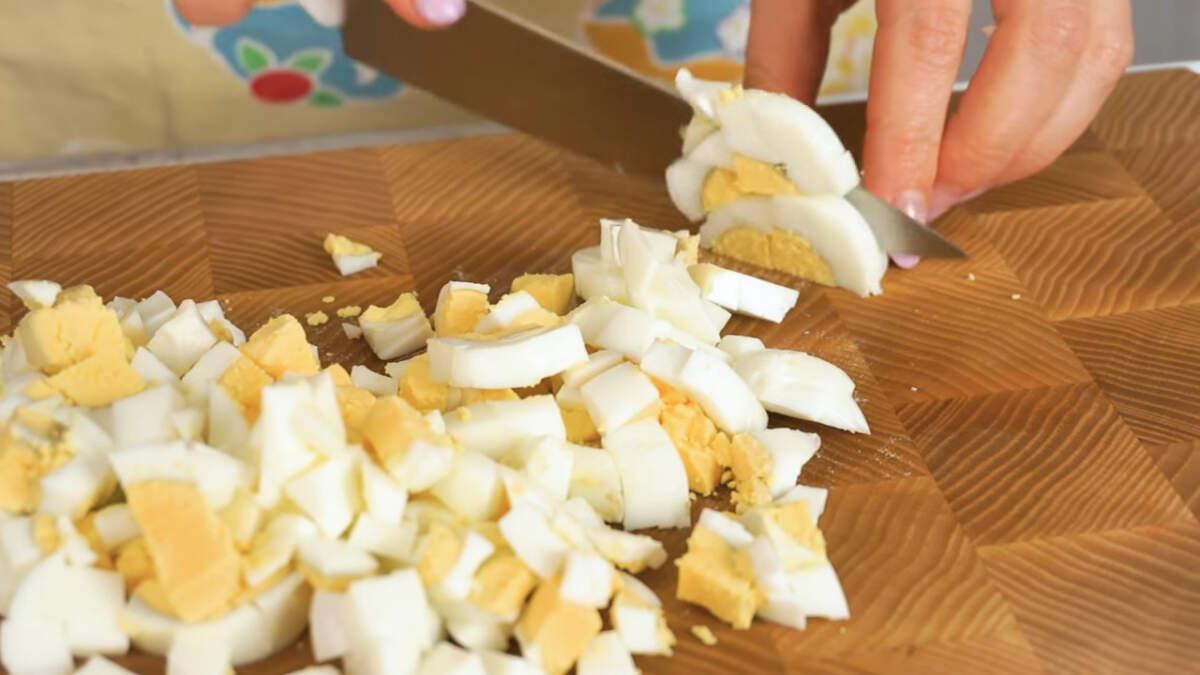 Вареные яйца нарезаем тоже некрупными кубиками.