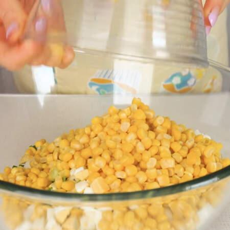 Все нарезанные ингредиенты складываем в миску. Сюда высыпаем консервированную кукурузу.