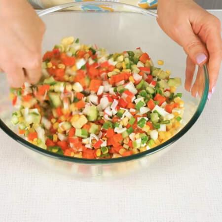 Салат солим по вкусу и немного перемешиваем.