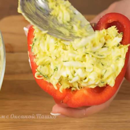 Подготовленные половинки перцев заполняем приготовленной начинкой. Начинку кладем плотно и без пустот, чтобы потом она не выпадала. Количество начинки зависит от размера перцев. Ее может понадобится немного меньше или больше.