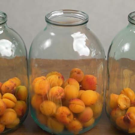 Берем чистые 3-х литровые банки и насыпаем в них подготовленные абрикосы. В каждую банку насыпаем примерно на треть ее высоты.