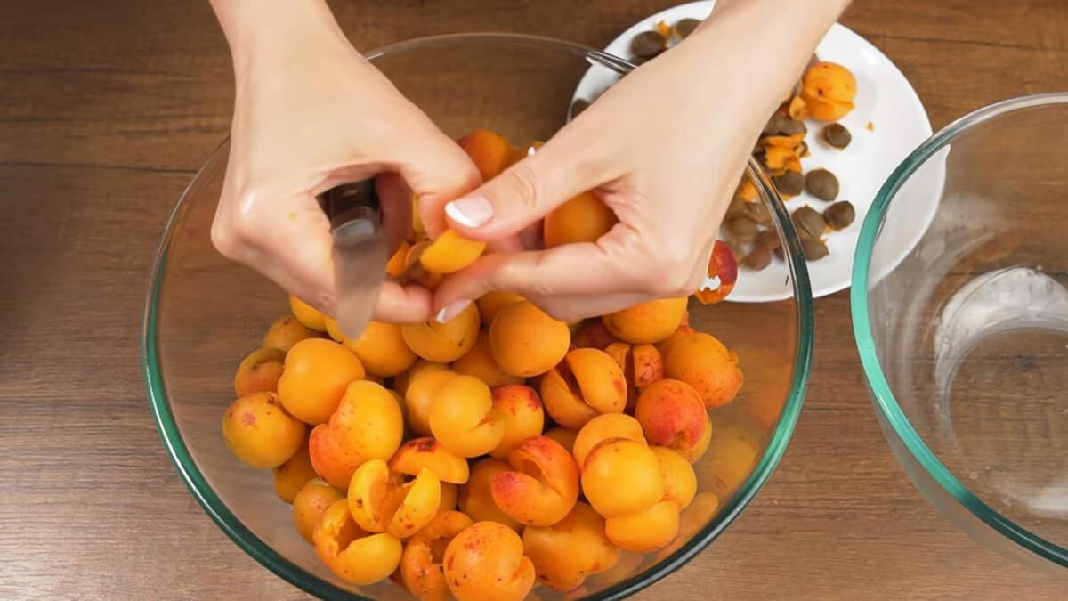 Сначала подготовим все ингредиенты. Берем абрикосы, моем их и разрезаем пополам, вынимая косточки.