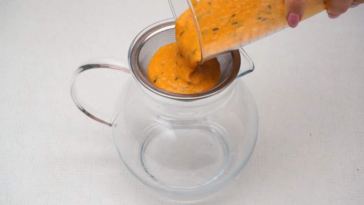 Получившуюся кашицу из ягод протираем через сито в кувшин.