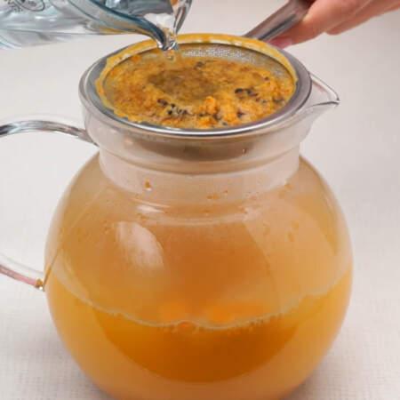 Берем 1 литр кипяченой воды, остывшей до 75 градусов и наливаем ее в кувшин через сито с оставшимся жмыхом.