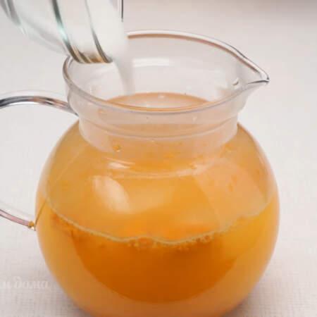 В чай добавляем сахар по вкусу, я на это количество напитка кладу 3 ст. л. сахара. Все перемешиваем и даем настояться чаю примерно 20 минут.