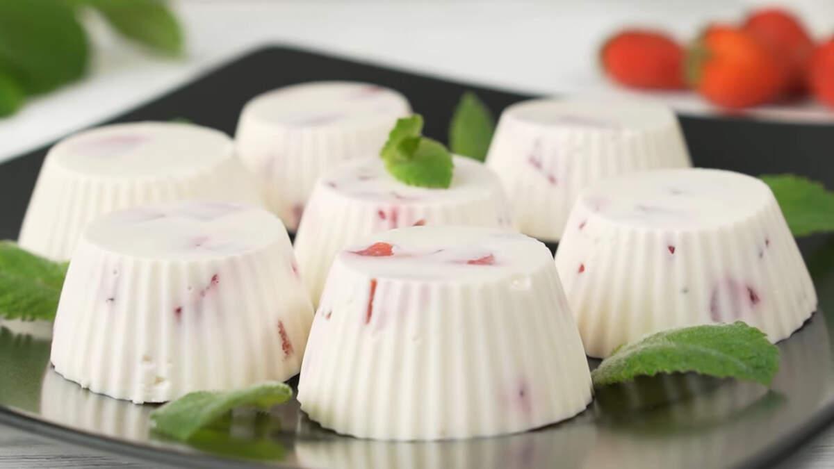 Десерт получился вкусным и нежным с приятным ароматом клубники.  Готовится о несложно и достаточно быстро. Клубнику можно заменить другими ягодами или фруктами. В зимний период можно приготовить такой десерт с консервированными персиками или ананасами.