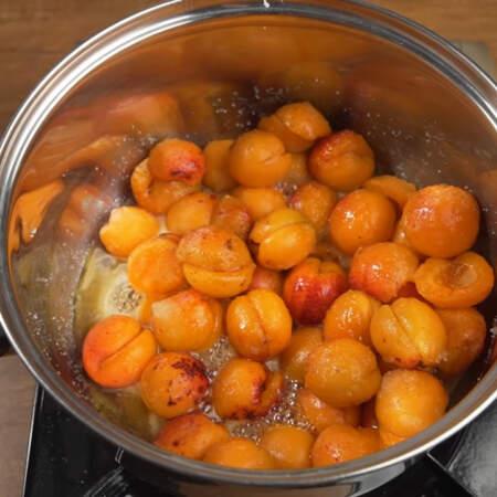 Доводим абрикосы до кипения на самом маленьком огне, при этом периодически перемешивая.
