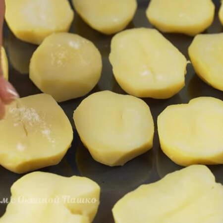 Подготовленный картофель выставляем на противень от духовки. Сверху каждую половинку немного солим.
