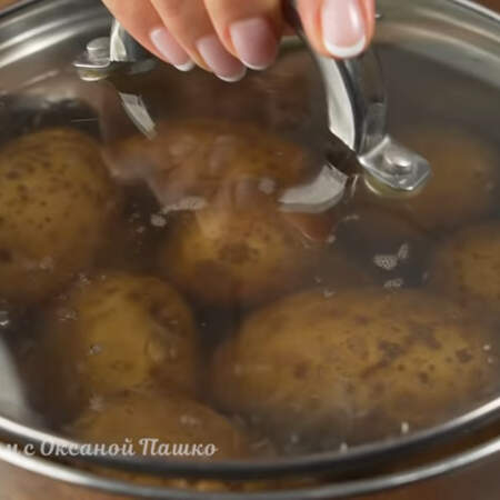 После закипания воды варим картошку примерно 15 минут, все зависит от сорта.