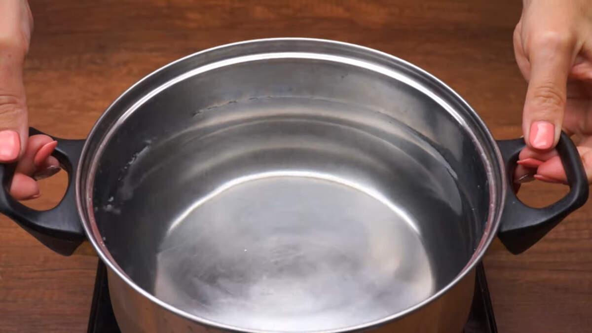 В кастрюлю наливаем 3 л чистой воды и ставим на плиту закипать.