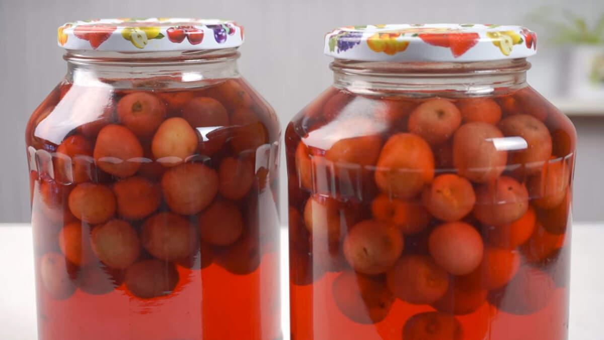 Остывшие банки ставим на хранение в темное место. Консервирование таким способом ягод и фруктов намного быстрее, чем способом стерилизации. Это особенно заметно, когда вы консервируете большое количество урожая.