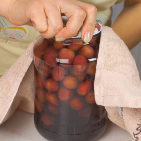 Банки сразу же закатываем или закручиваем.  Если вы хотите законсервировать крупные фрукты, например, яблоки или груши, то их кипятком нужно заливать 2 раза, а на третий раз заливать уже сиропом.  При консервации груш в сироп обязательно нужно добавлять 1 ч. л. без горки лимонной кислоты на одну 3-хлитровую банку.