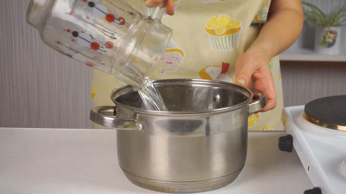 Я буду консервировать черешню.  В кастрюлю наливаем воды столько, чтобы хватило заполнить все банки. Ставим греться на огонь.
