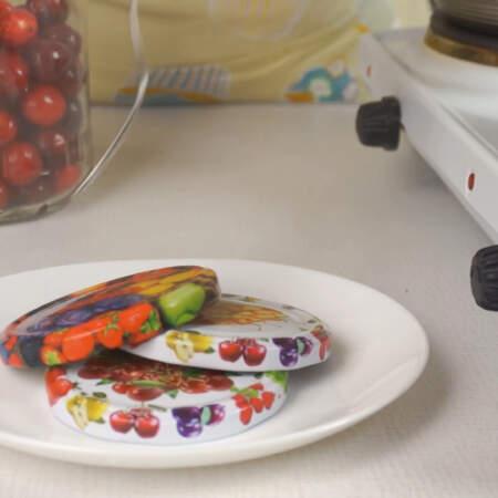 Воду с крышками кипятим 1-2 минуты и достаем крышки на тарелку.