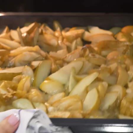 Противень опять ставим в духовку и томим фрукты при той же температуре еще 30-40 минут.