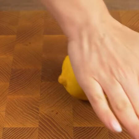 Берем лимон и катаем его по столу прижимая ладошкой, для того, чтобы из него легче выдавливался сок.