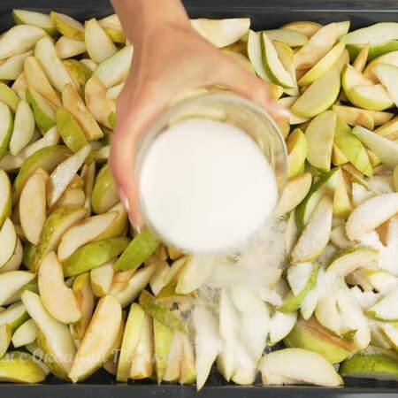 Сверху на фрукты насыпаем 200 г сахара. Сахара можно насыпать меньше или больше в зависимости от сладости фруктов и ваших предпочтений.