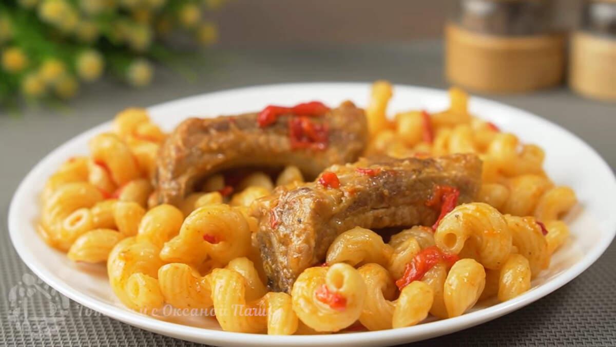 Макароны с ребрышками получись вкусными и ароматными. Готовятся они несложно и отлично подходят для ужина всей семьей. Вместо ребрышек можно использовать мясо.