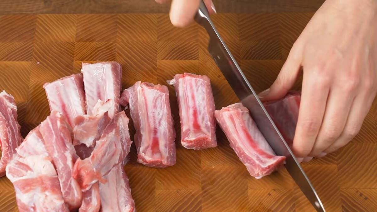 Сначала подготовим все ингредиенты. Берем 0,5 кг свиных ребрышек, моем и нарезаем кусочками.