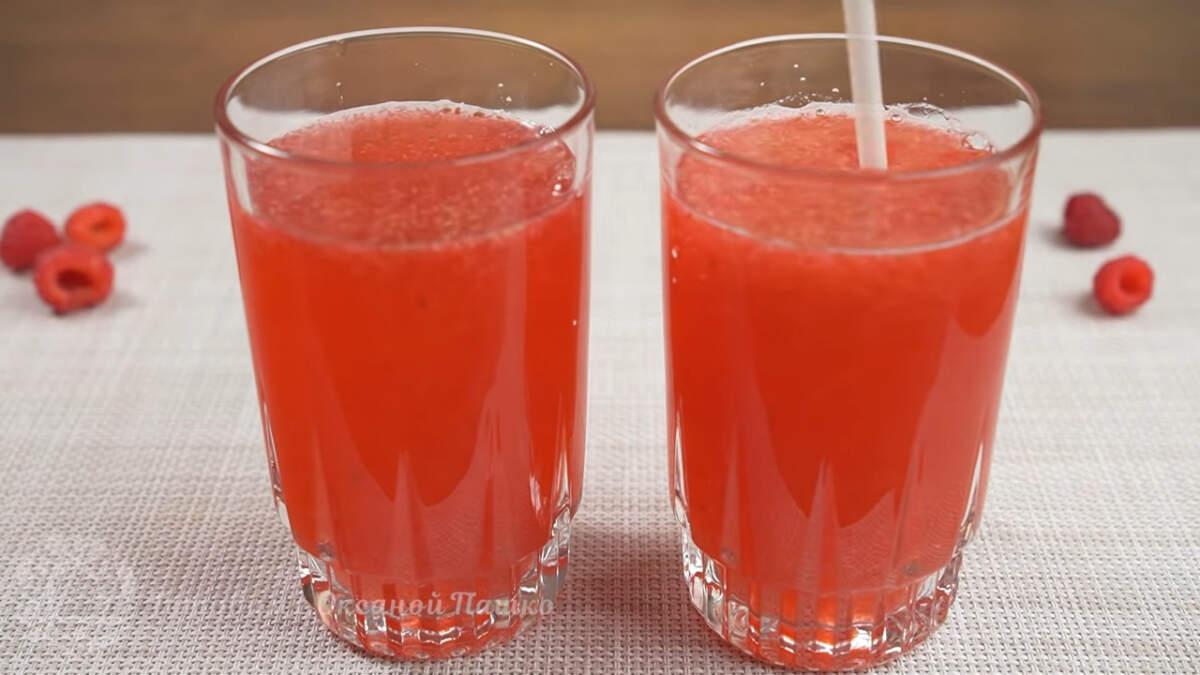 Разливаем по стаканам и наслаждаемся ароматным и вкусным малиновым напитком.