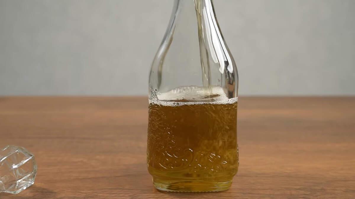 Приготовленный ликер переливаем в бутылки. Оставляем настаиваться еще минимум на месяц в темном месте при комнатной температуре.