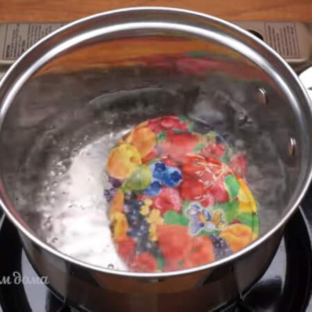 Крышки кипятим 1-2 минуты и сливаем горячую воду.
