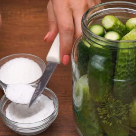 Сверху насыпаем 1 ч.л. соли с маленькой горкой, 2 ч.л. сахара тоже с маленькой горочкой.