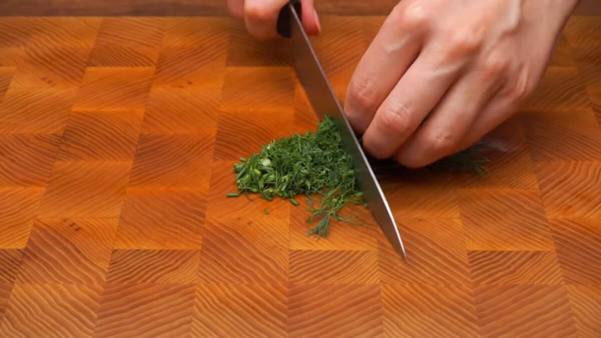 Мелко режем небольшой пучок укропа.