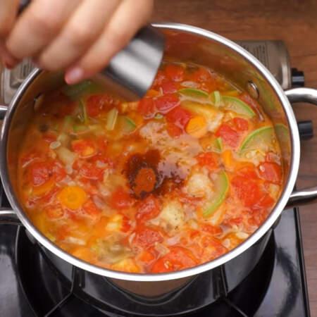 В конце суп солим примерно половиной ст. л. соли, добавляем 0,5 ч.л. молотой сладкой паприки и перчим по вкусу.