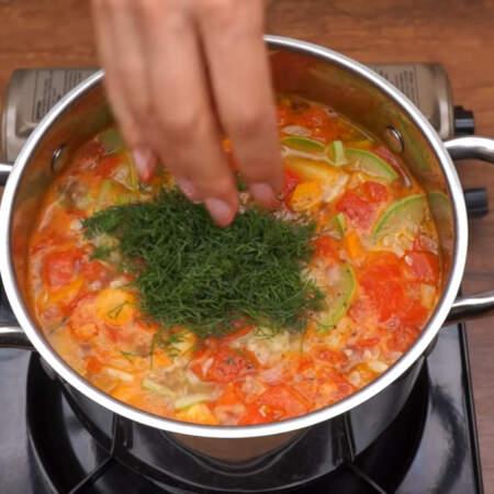 Сюда же добавляем нарезанный укроп. Все перемешиваем, суп готов.