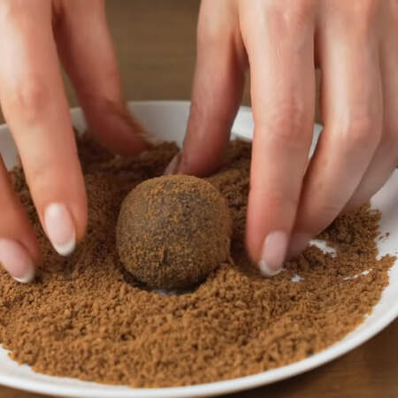 Подготовленные шарики кладем в измельченную крошку, которую оставили в начале и обваливаем со всех сторон.
