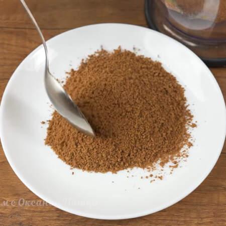 Примерно 2 - 3 ст.л. крошки выкладываем на тарелку, она пригодится позже.