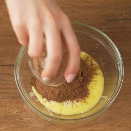 В отдельную мисочку наливаем 100 г растопленного сливочного масла, сюда же кладем примерно 3 ст. л. сгущеного молока. И насыпаем 3 ст. л. какао.