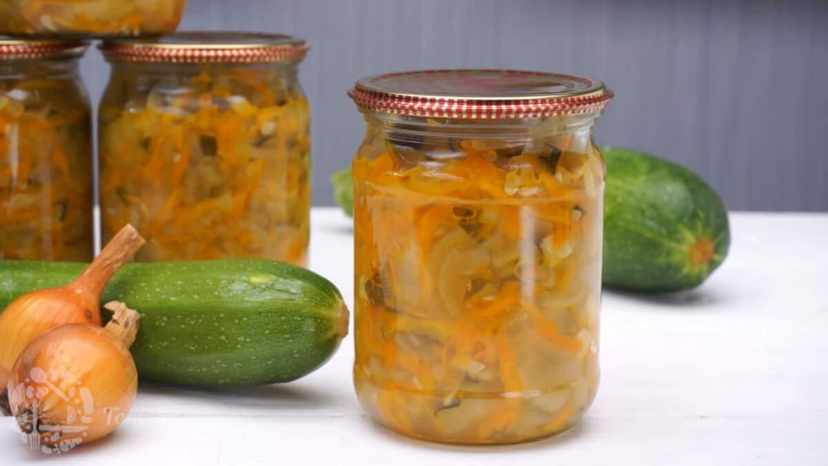 Салат из цукини на зиму получается очень вкусным и ароматным. Зимой подавать его можно с любыми вторыми блюдами. Обязательно его приготовьте, тем более готовится он совсем не сложно.