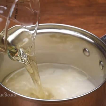 наливаем 200 мл 9% уксуса и 250 мл рафинированного подсолнечного масла.