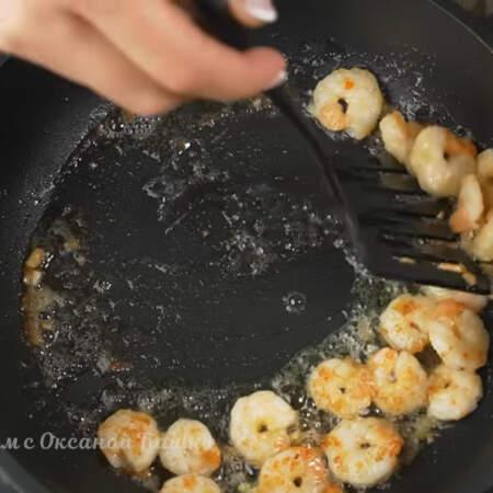 Готовые креветки снимаем со сковороды на бумажное полотенце. Всего для салата понадобилось 300 г неочищенных замороженных  креветок.