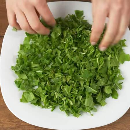 Складываем салат. На большое плоское блюдо выкладываем нарезанную рукколу. Равномерно распределяем ее по блюду.