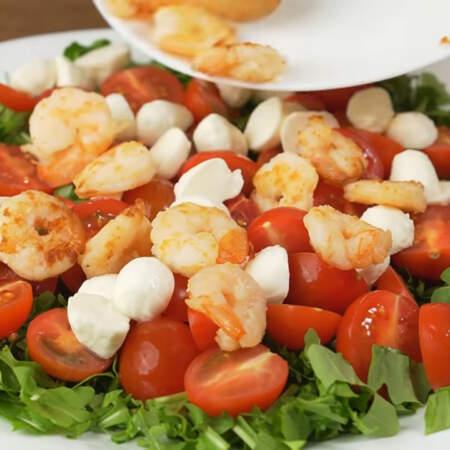 И равномерно выкладываем подготовленные креветки. Салат посыпаем жареными орехами.