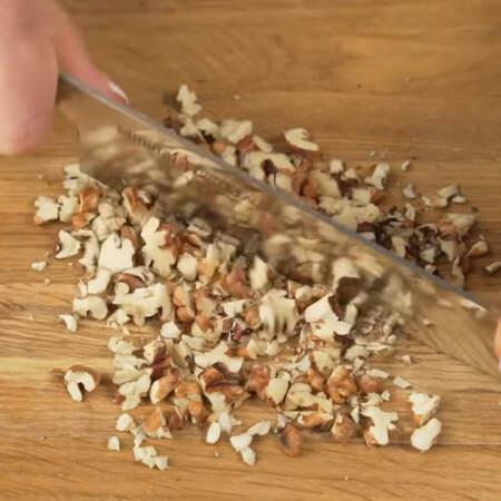 Примерно 30 г грецких орехов нарезаем кусочками. Вместо грецких орехов можно использовать фундук.