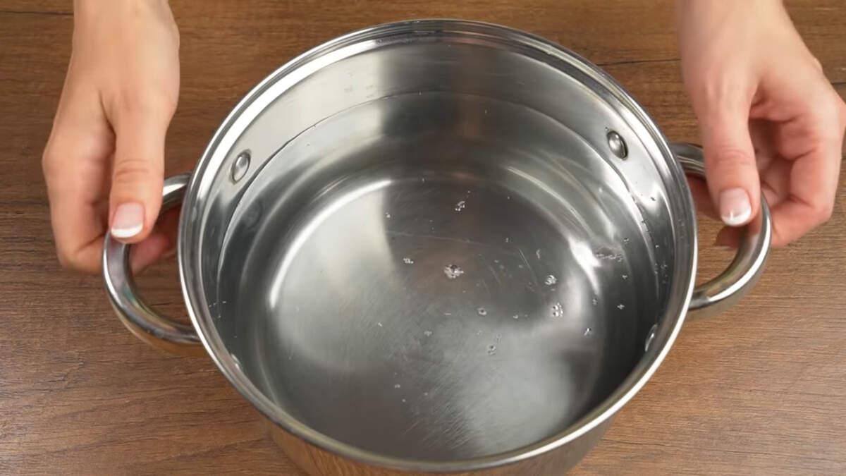 В кастрюлю наливаем примерно 3 л воды и ставим на огонь. Пока закипаем вода подготовим остальные ингредиенты.