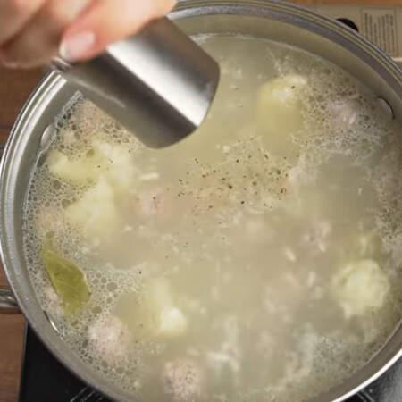 Суп уже сварился, кладем в него один лавровый лист, солим примерно половиной ст. л. соли и перчим черным молотым перцем.