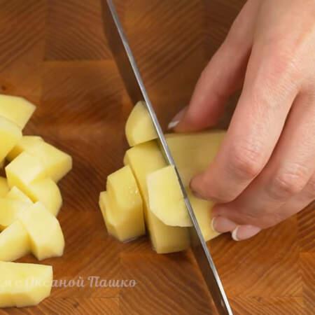 250 г картофеля нарезаем небольшими кубиками.